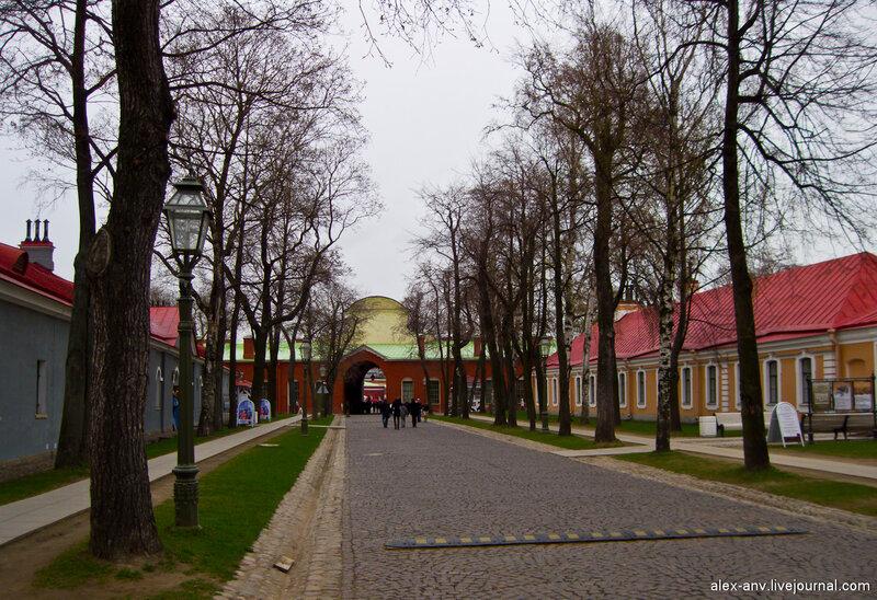 Петропавловская крепость. Крепость достаточно велика, чтобы тут можно было разогнаться на машине.
