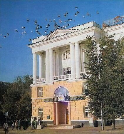 Последний апгрейд старого фасада гостиницы Белгород, 1992, фото В.Собровина