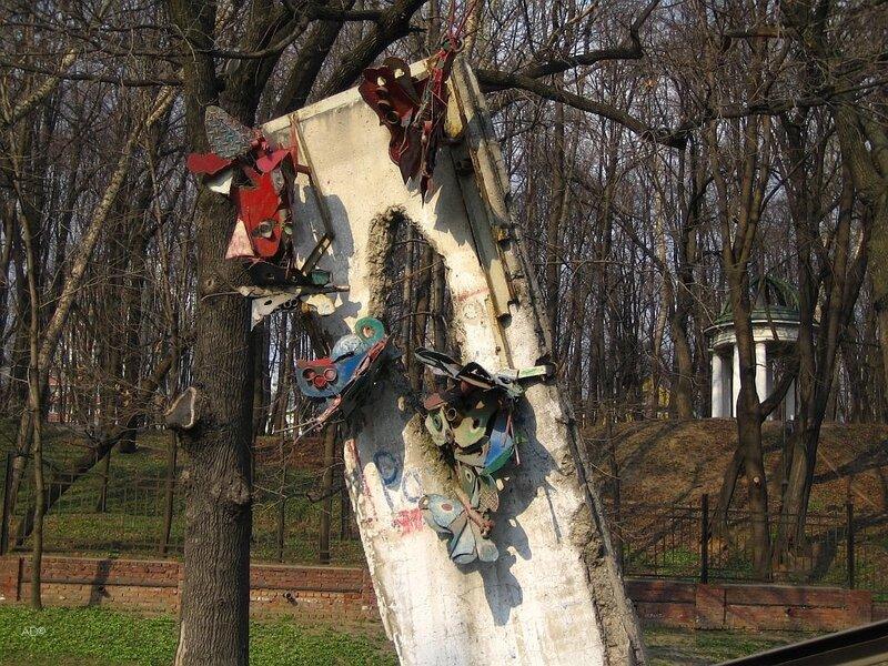 Фрагмент Берлинской стены около Музея и общественного центра им. Андрея Сахарова