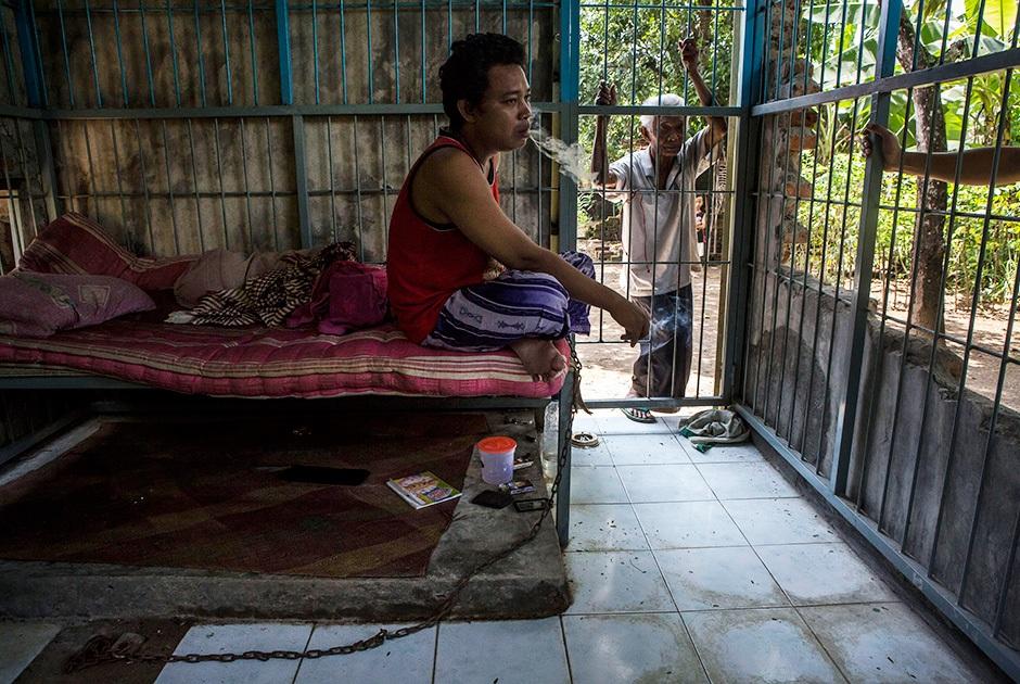 Непростая жизнь людей с психическими отклонениями в Индонезии