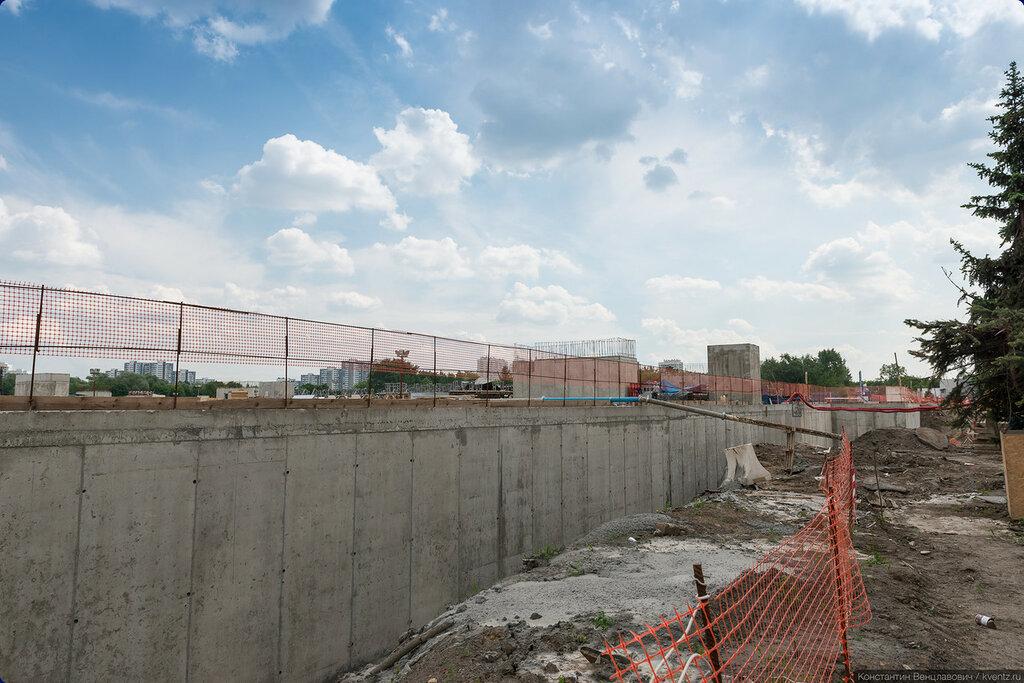 Подземная парковка, стена выходящая к главному входу