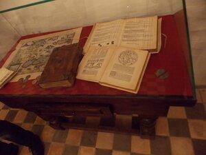 Библия, карта и конторская книга