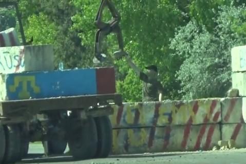 Наместе блокады вЧонгаре активисты Меджлиса убирают бетонные блоки