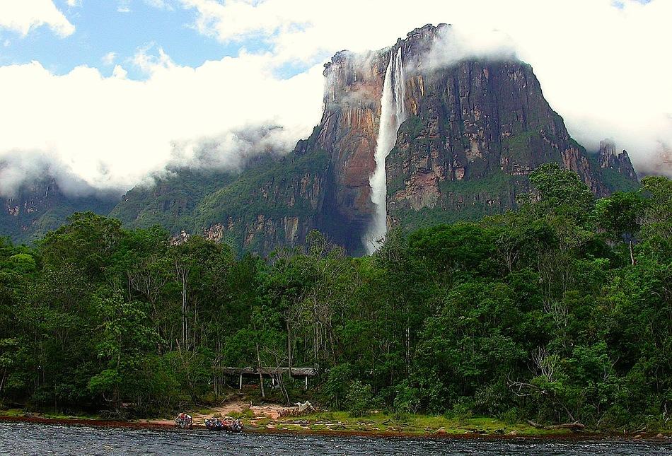 Тройку замыкает водопад Три Сестры или Аякучо в Перу.