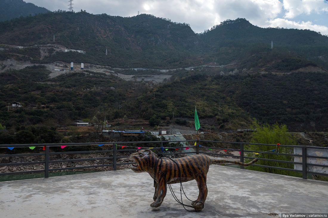 Как и полагается любой китайской достопримечательности, у тигриного ущелья есть огромный кассовый дв