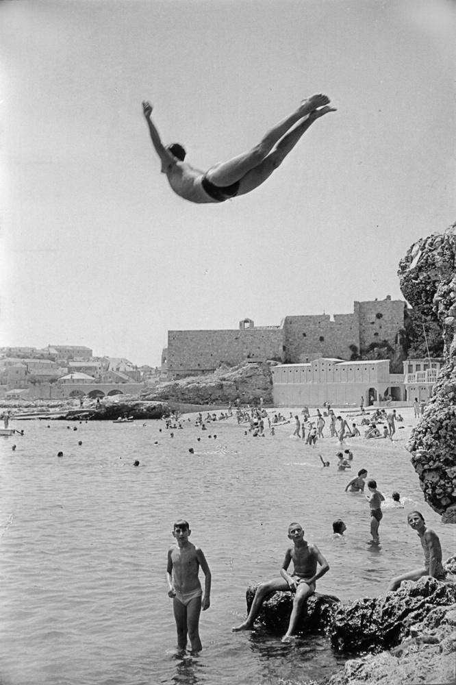 Югославия, 1953 год. Мужчина прыгает в воду с городской стены Дубровника.