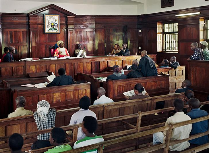 Уганда. Высокий суд Кампалы заседает с судьей Бенджамином Кабиито во главе. Фотографу пришлось ждать