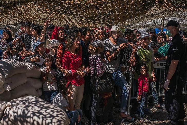 Беженцы в очереди за документами в процессинговом центре в сербском Пресево. Люди стояли в длинных о
