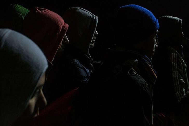 Беженцы стоят в очереди на регистрацию в приемном пункте в македонской Гевгелии, чтобы затем сесть н
