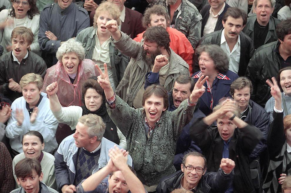 13. Толпа ликующих людей снаружи здания правительства России радуется окончанию путча 22 августа 199