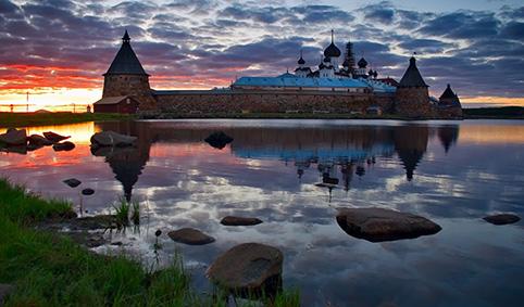 Главная достопримечательность — конечно же, комплекс Кижи на Онежском озере. Это та туристичес