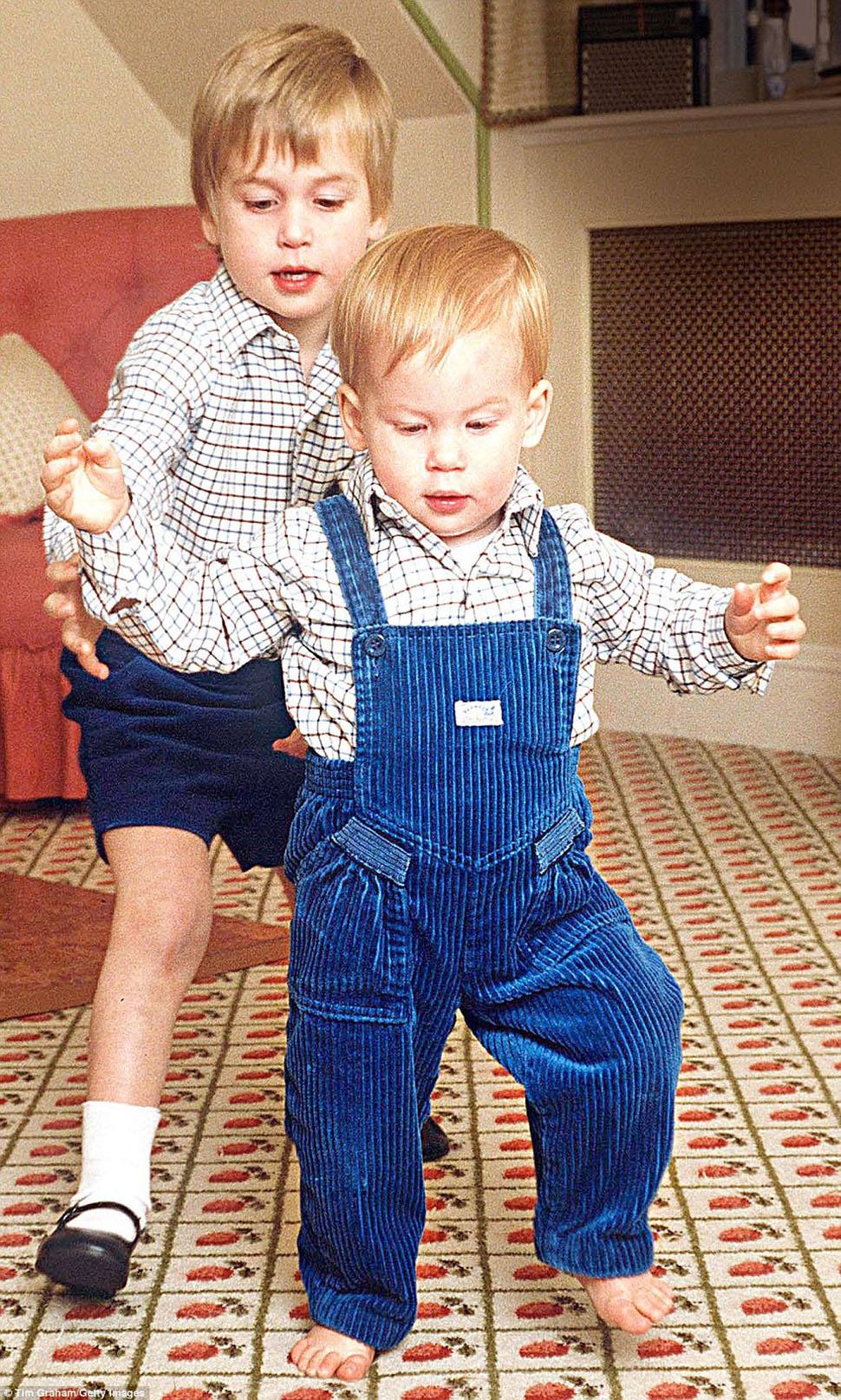 Принц Гарри делает первые шаги при помощи брата Уильяма.