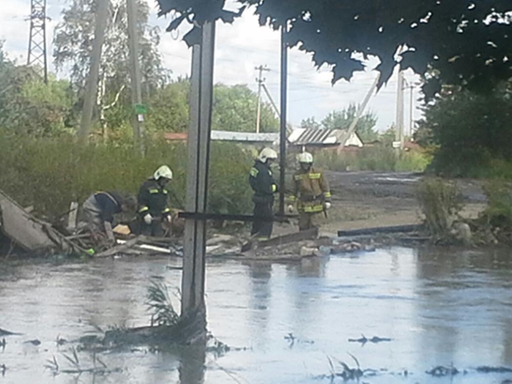 Река Дудергофка затопила мост идома вСтаро-Паново