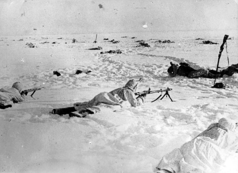 Нем. солдаты с MG-34 залегли у тел погибших красноар. на заснеж. поле. 42.jpg