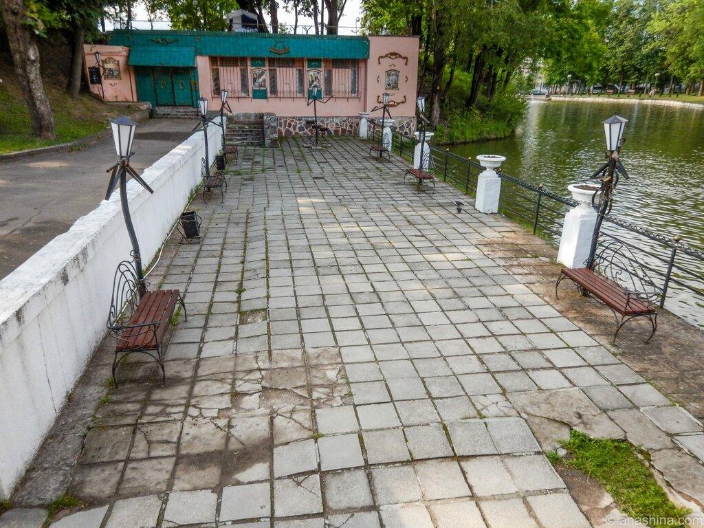 Набережная Лопатинского пруда с забавными скамейками, Лопатинский пруд, Смоленск