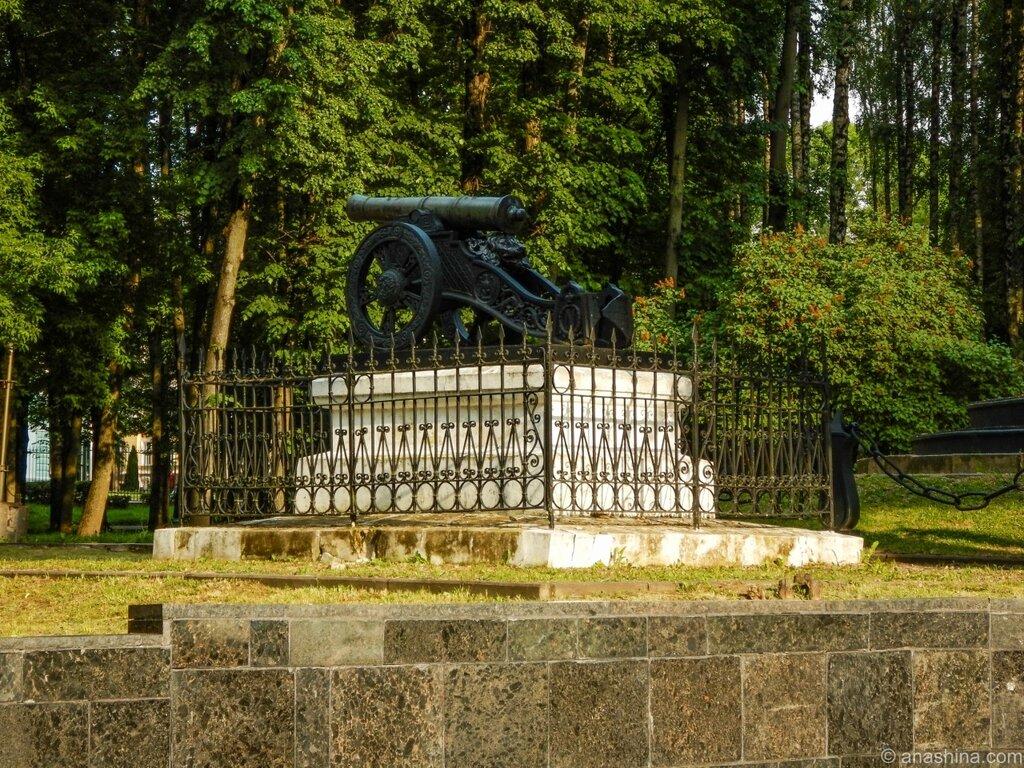 Бронзовая пушка около памятника защитникам Смоленска, Лопатинский сад, Смоленск