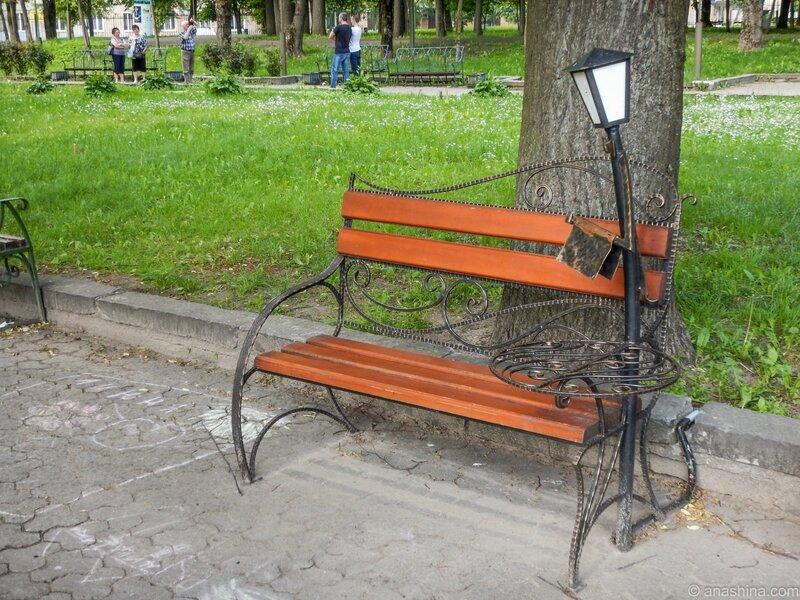 Скамейка с фигурой официанта, Лопатинский сад, Смоленск