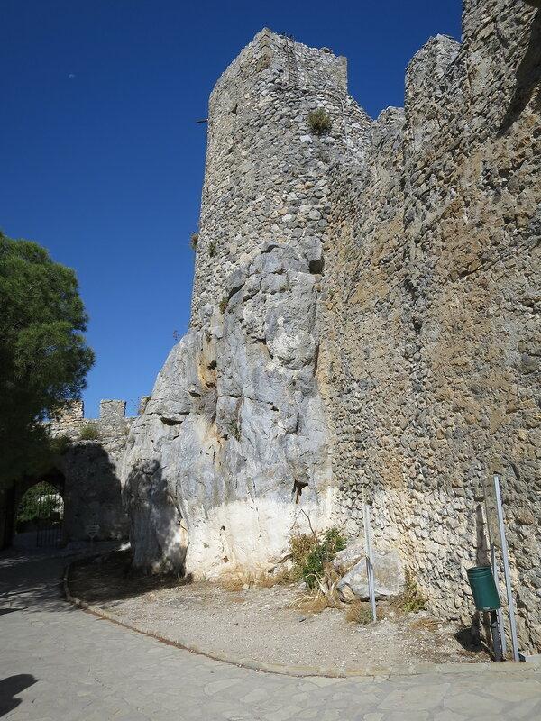 Св. Илларион. Башня 8 вырастает из скалы