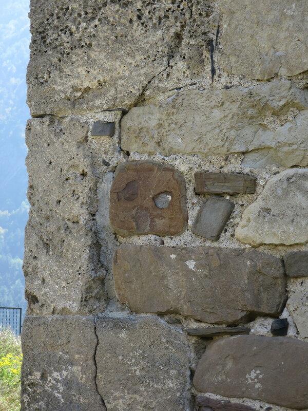 Камень с узором на восточном фасаде, Тхаба-Ерды