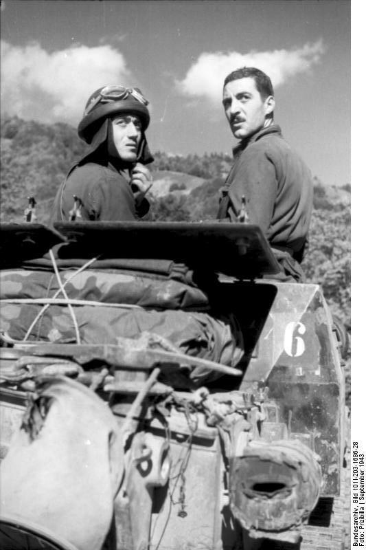 Albanien, italienische Soldaten auf Panzer