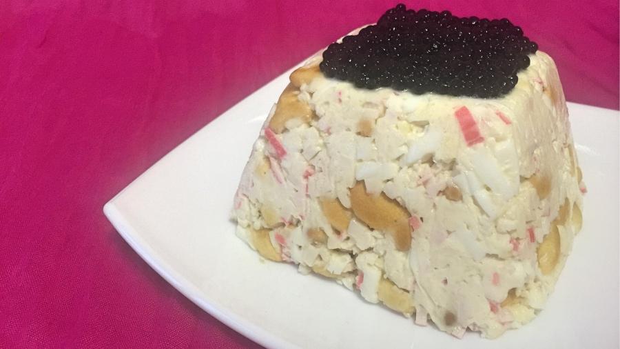Закусочный торт с крекерами и крабовыми палочками