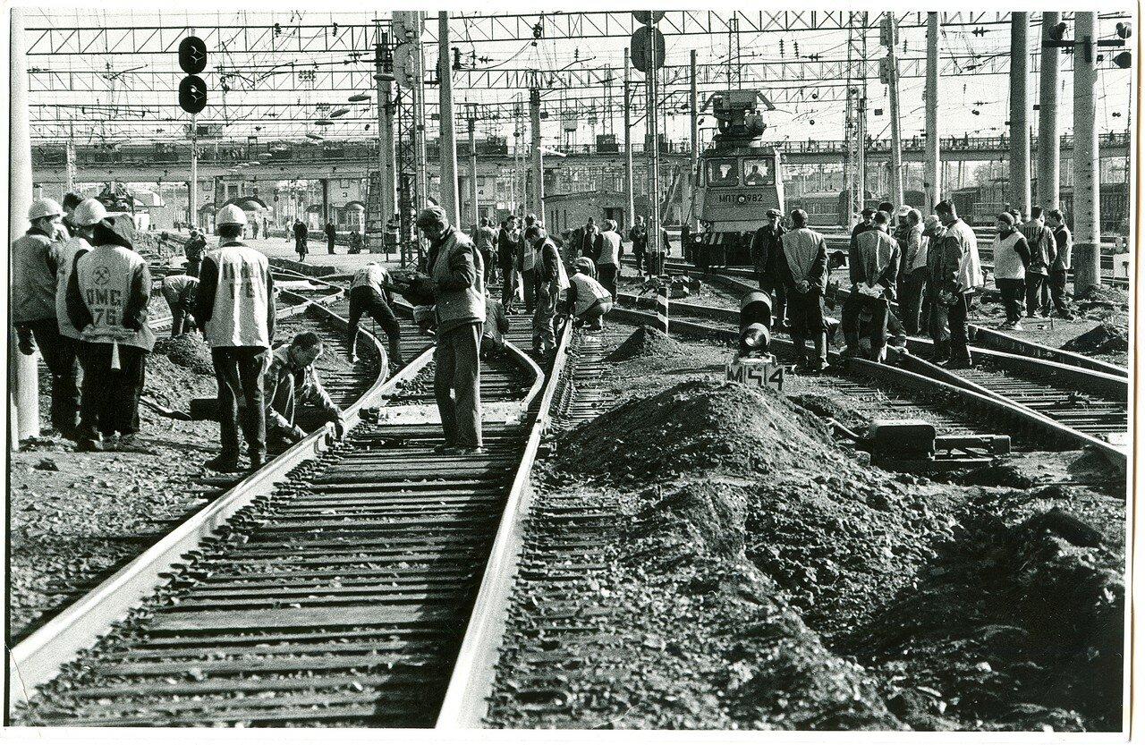 1990-е. Подготовка к путейским работам в окно на ст. Челябинск-Главный