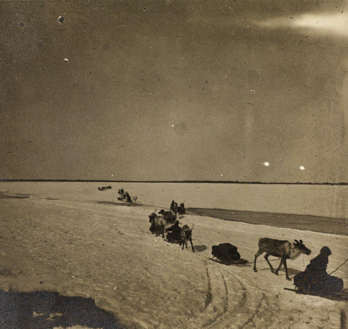 Орочи, пересекающие реку Поронай зимой