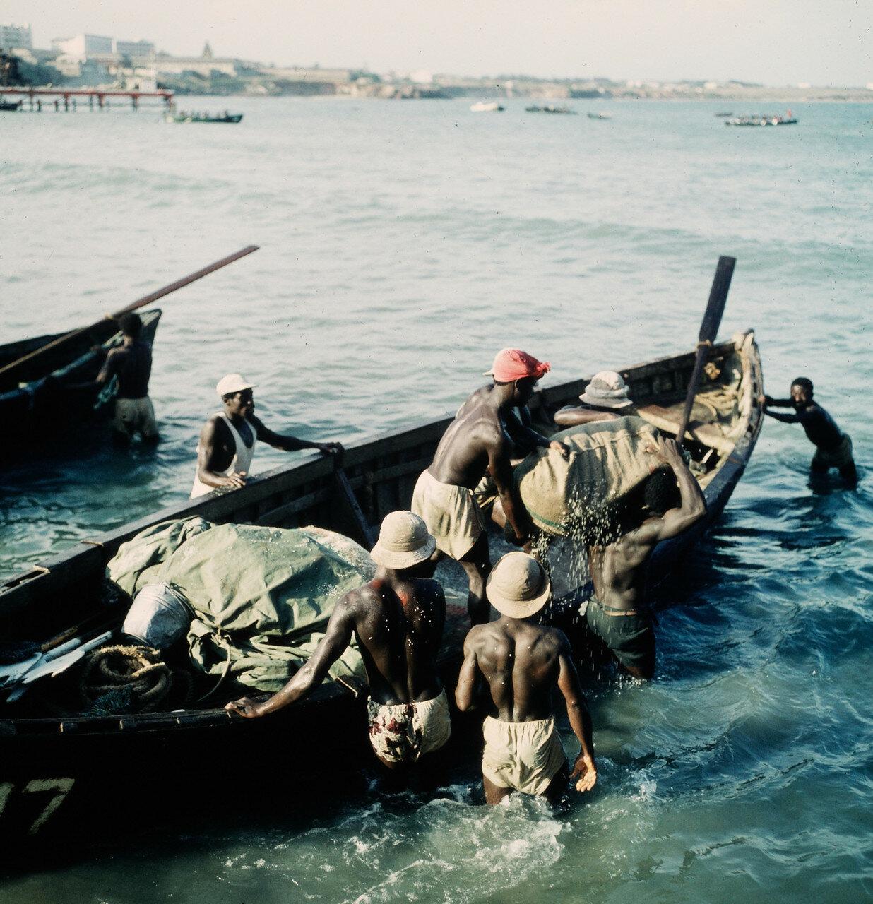 Разгрузка прибойных шлюпок на берегу,  20 апреля