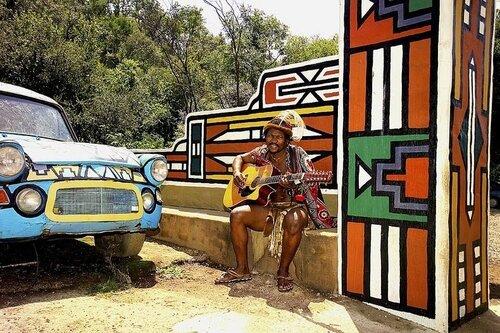 Африканская деревня с красочными узорами
