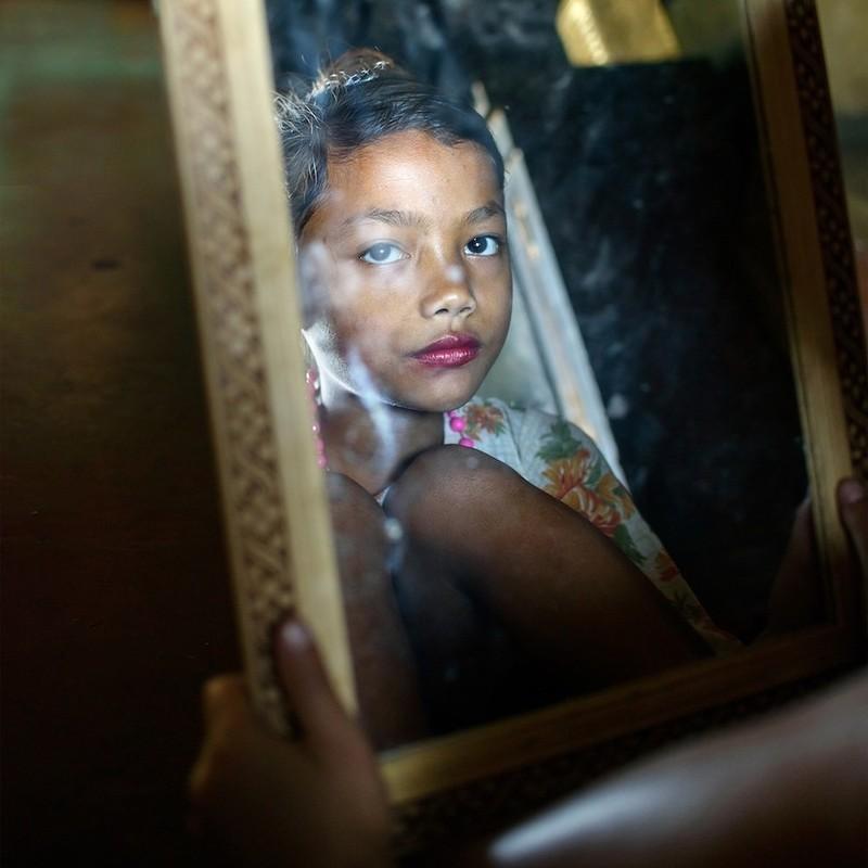 21.Каждая девочка в этой деревне по-своему удивительна и прекрасна, и все они чувствуют себя уверен