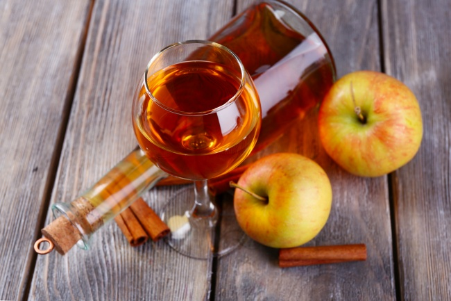 Яблочное вино Ингредиенты: 20 кг яблок 150-400 г сахара на 1 л сока Способ приготовления: С помощью
