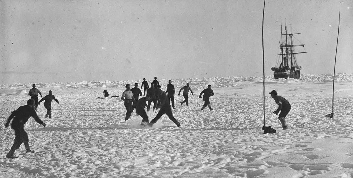 27. Экипаж играет в футбол на льду возле «Эндьюранса».