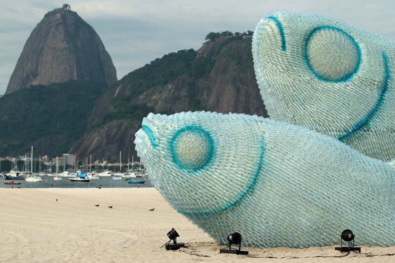Скульптура из пластиковых бутылок на одной из пляжей Рио-де-Жанейро.