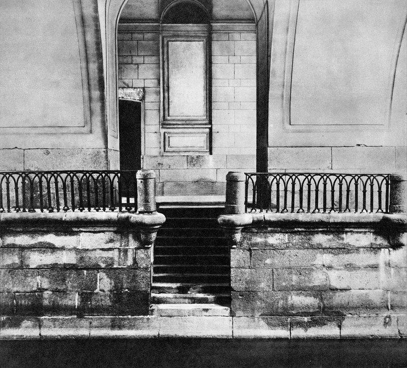 Спуск к воде под эрмитажным переходом / Stone steps leading to the water under the Hermitage