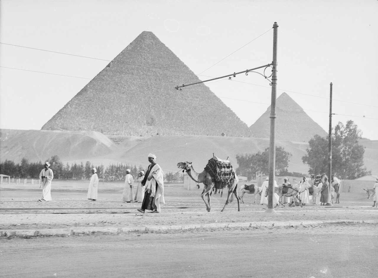 Гиза. Вид на две великие пирамиды с железной дороги