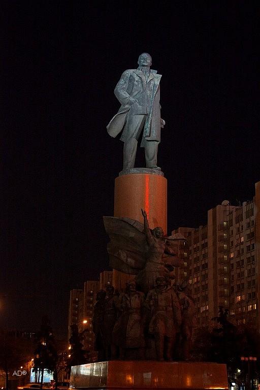Памятник Ленину на Калужской площади в Москве