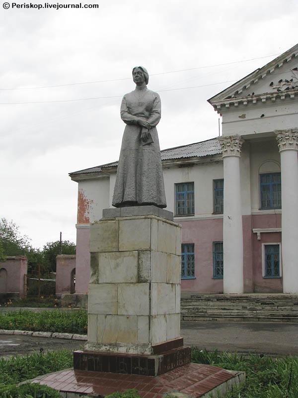 Памятник с крестом на просвет Карталы Лампадка из лезниковского гранита резная Тушинская