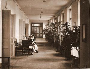 Сёстры милосердия в коридоре 1-го этажа Узловой железнодорожной больницы.