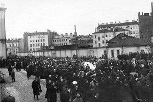 Демонстрация в связи с проводами гроба с телом князя С.Н.Трубецкого проходит по 7-й Рождественской улице у Суворовского проспекта.