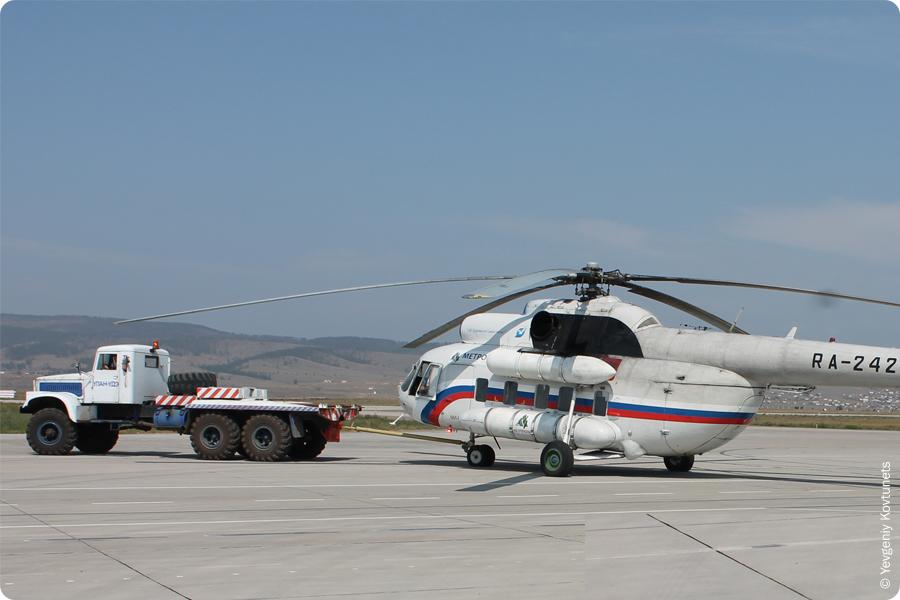 тягач тащит вертолет Ми-8 на впп аэропорта Байкал