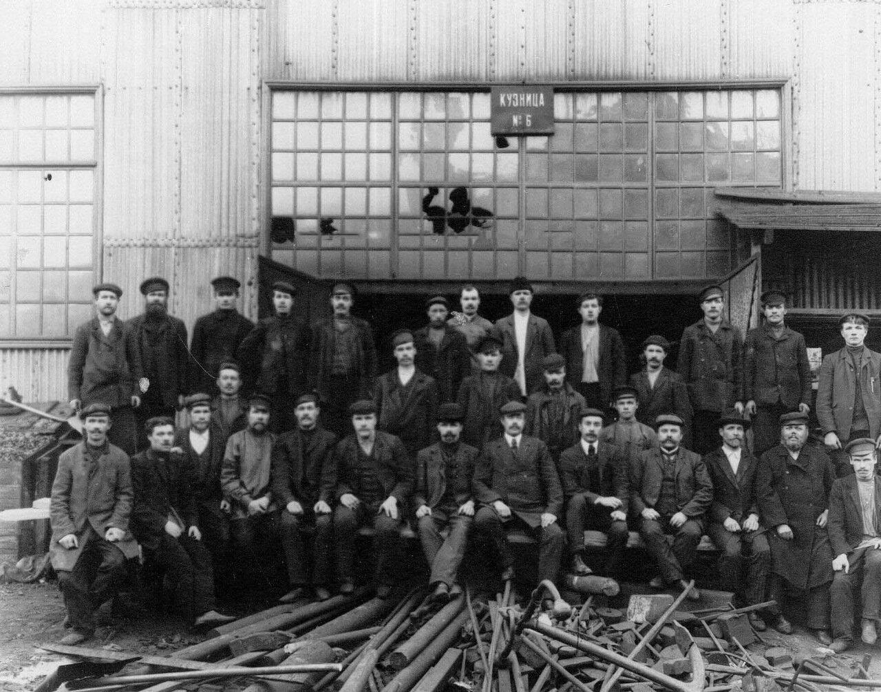 20. Группа рабочих Охтенского судостроительного и механического завода.1911