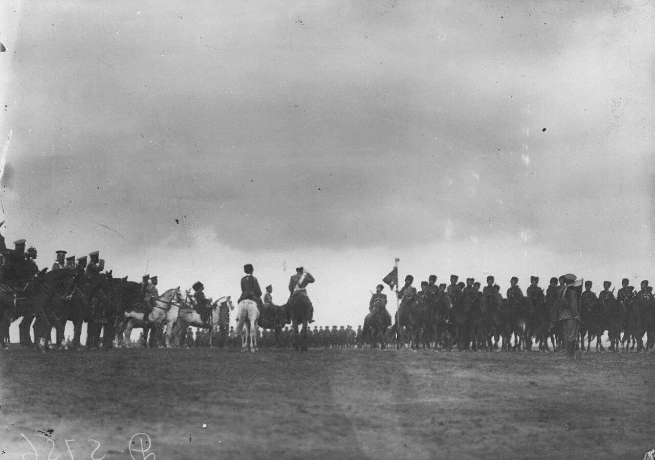24. Собственный его императорского величества Конвой проходит церемониальным маршем мимо принимающих парад. 7 июля 1909