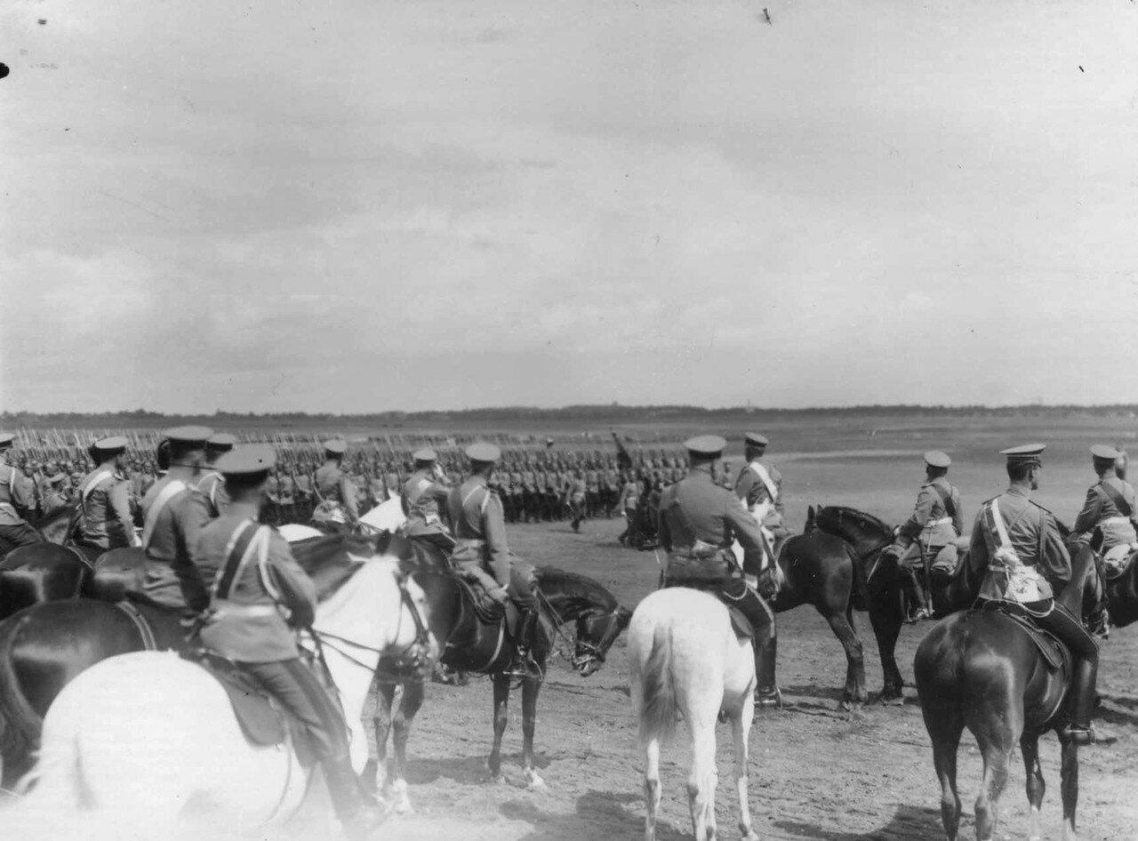 40. Войска лагерного сбора проходят церемониальным маршем мимо императора Николая II и датского короля Фридриха VIII. 7 июля 1909