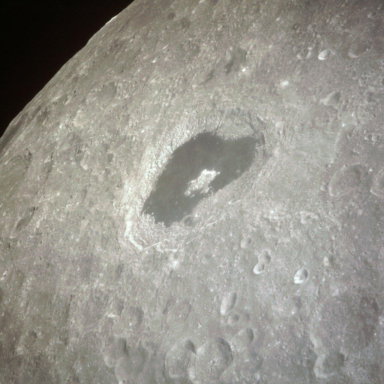 Радиомолчание длилось около 20 минут. Затем Ловелл вместе с Хейзом стал включать системы лунного модуля, готовясь к третьей коррекции, которая называлась «PC+2» На снимке: Кратер Циолковского