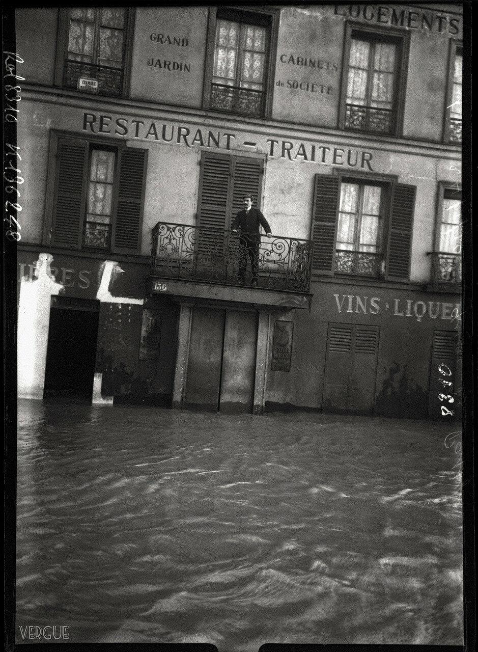 1910. Сцена на балконе во время наводнения
