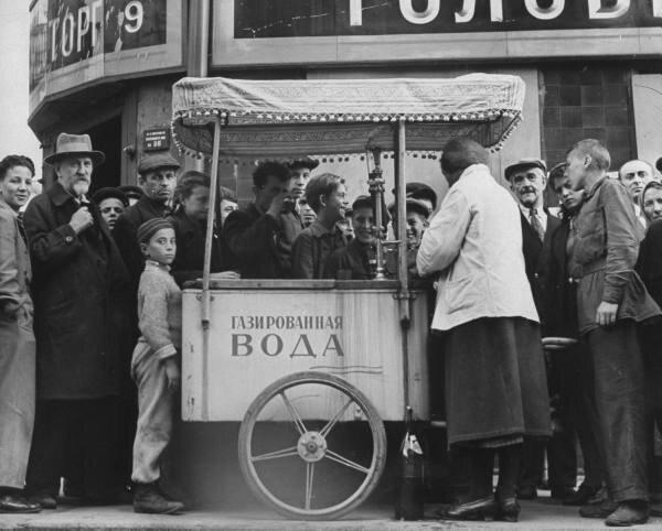 Советский народ покупает газированную воду на Кузнецком мосту