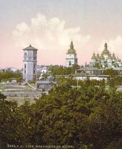 Водонапорная башня и Михайловский Златоверхий
