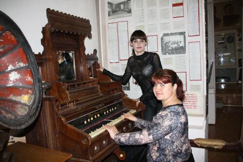 Сыграем ка в ночь музеев на старинной фисгармонии ;-)