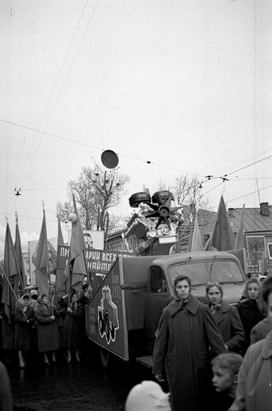 Первомайская демонстрация. Колонна ЯМЗ