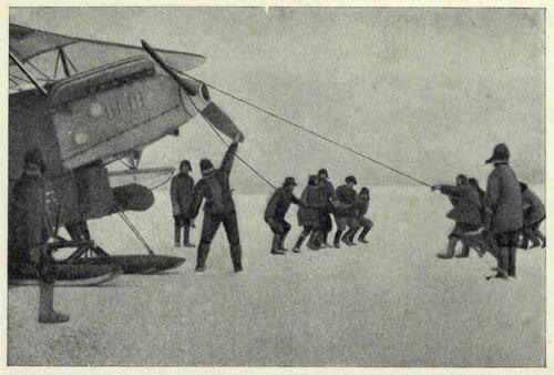 Водопьянов в лагере Шмидта. 12 апреля за два полета он снял 10 человек